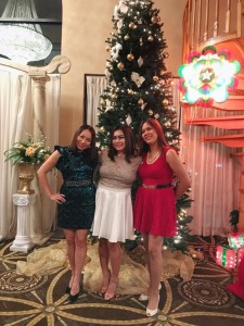 girls pose at christmas tree